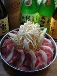 対馬名物とんちゃん。秘伝のタレで豚肩ロースと野菜を煮込みます。ビール、ご飯もすすみます。