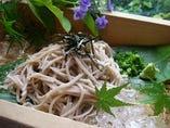 大陸から日本で最初に伝わったという対馬の対州そば。対馬の椎茸と昆布と鰹節、対馬のたまり醤油のつゆで召し上がれ。
