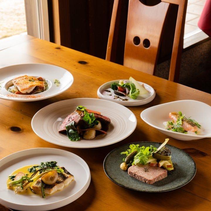 イングリッシュガーデンに囲まれたレストランで贅沢ランチを堪能