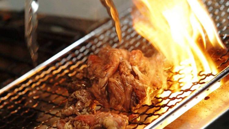 焼き鳥だけでなく炙り、揚げ、煮込みなど多彩なメニューを用意