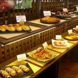 「森のパン屋さん」焼き立てパンコーナー