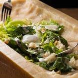 お客様の目の前で野菜をパルミジャーノに絡めて仕上げる、ダイナミックなメニュー!