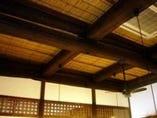 天井の太い梁は前後左右見事な一本梁です。