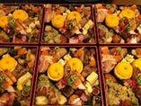おせち例:クリームチーズの味噌漬け、ワイン漬け、醤油漬け、八幡いものオランダ煮、かも肉の紅葉煮、くえの西京焼き、フグの唐揚げなど。