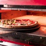 【当店おすすめ!】 当店で人気の『ピッツァ』で一番のおすすめは、1枚で2種の味が楽しめる『Meta e Meta』(ハーフ&ハーフ)。内容は週替りですので、スタッフまでお声がけくださいませ!