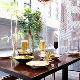 テラス席【2~4名様×4卓】風通しの良い屋外だから密になりにくい!