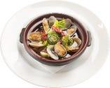 富士県産ホタルイカとアサリ・山菜のアヒージョ ~1580~