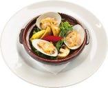 千葉県久里浜天然蛤と春野菜・マッシュルームのアヒージョ
