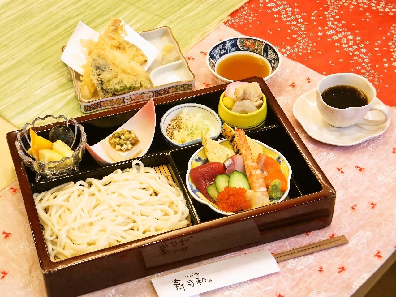 人気の三昧ランチ 1380円 ちらしとうどんと天ぷらなどなど