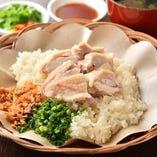 自家製鶏スープで炊いたご飯は、噛みしめるたびに旨みが口に広がる美味しさ「カオマンガイ」。