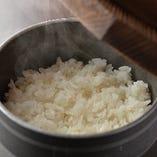 艶やかで、粘り強くもちもちとした食感とみずみずしい美味しさが特徴の「ミルキークイーン」を当店では使用しております。精米し立て、炊きたての米の美味しさをぜひ味わいください!