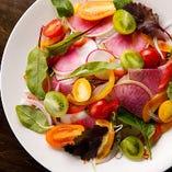 湘南や三浦の農家から仕入れる新鮮野菜。その時期、最も旬な野菜を厳選仕入れしております。