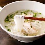 「鶏のフォー」は、鶏ガラから丁寧にとった出汁は、あっさりとした優しい味わい。
