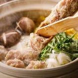こりこりとした食感とふんわり柔らかい鶏つくねが美味いと評判の「鶏鍋」。鶏ガラから丁寧にとった出汁にていただけます。
