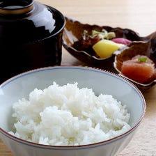 「玄米花子」の白飯(有機海藻肥料を使用し特別栽培されたお米)青とう明太子と赤出汁