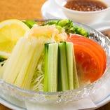 村上地元の旬野菜を使ったサラダが新鮮!