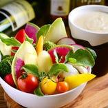 特製バーニャカウダ クリーミーなアンチョビソースに新鮮野菜が8種類も盛りつけた一品
