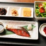 日替り和食プレートA「紅鮭の塩焼きセット」