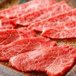 人の体内で合成する事ができず食品から摂取しなければならないオレイン酸などの不飽和脂肪酸(必須脂肪酸)がたっぷり含まれている牛脂。融点の低い雌牛の脂は、舌の上でとろけ胃にやさしく肉質も柔らかです。