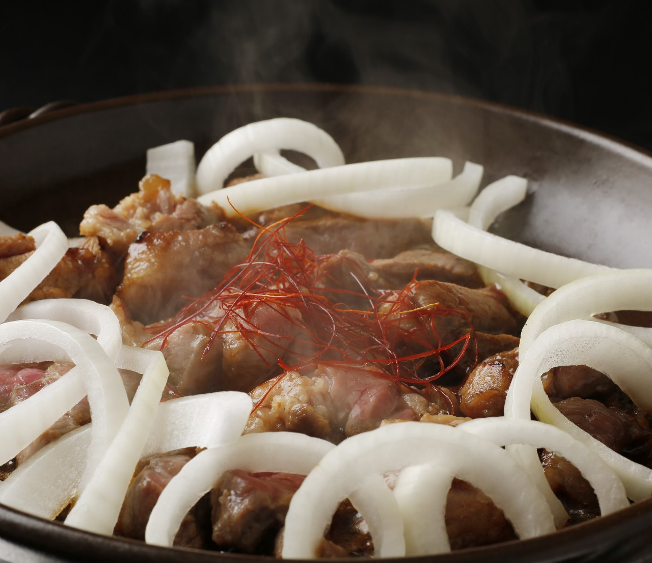 柔らかなラム肉を豪快にたっぷりと陶板で焼き上げました