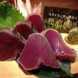 〈カツオのタタキ〉 毎日漁港から届く新鮮な鰹を藁焼きにします