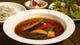 スープカレーには日替わりの地場野菜がたっぷり入っています。