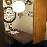 店内奥、プライベート感のあるテーブル席