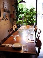 入り口付近の明るいテーブル席。2名様から8名様まで対応します。