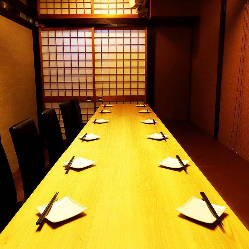 接待や仕事仲間との飲み会でもピッタリな落ち着いた個室席。