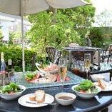 風が心地よい季節は、テラスでのお食事も。