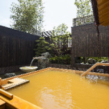 ホテル敷地内から湧き出る「神戸六甲温泉」。露天風呂 も。