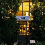 六甲アイランドのランドマーク的存在「神戸ベイシェラトン ホテル&タワーズ」1階にございます。