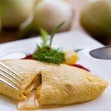 ゆっくり起きた休日は、遅めの朝食をテラス席でまったり。