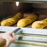 ブーランジェリーが毎日早朝から焼き上げる香ばしいパン
