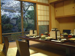 どのお部屋からも桜が見えます。春のお料理をどうぞ・・・