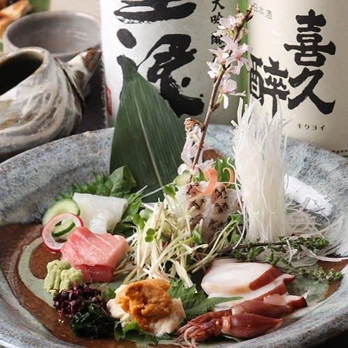 酒には魚が合う。 鮮度が自慢の刺身盛り合わせ。