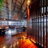 高い天井で開放感のあるテーブル席にはパーテーションを設置