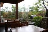 テーブル席 ガラス越しに広がる、日本庭園を、眺めながら…