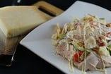 鶏ハムと半熟卵のシーザーサラダ。お客様の目の前でこれでもか!というくらいチーズをたっぷり削ります♪