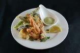 魚介と野菜のイタリアンフリット。ハーブソルト(ハーブの混ざった塩)をつけて召し上がれ♪