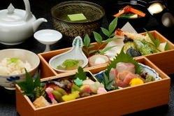 京弁当は季節の京料理を 「ぎゅ」と詰め込みました