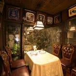 坪庭を眺めながらお食事していただける『テーブル席』