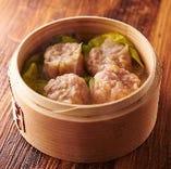 和豚の肉汁溢れる特製シュウマイ。