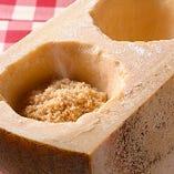 パルメザンチーズの器でお客様の前でチーズを削り仕上げます!