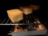 チーズをじっくり燻製中…少しお時間をいただきますが絶品です