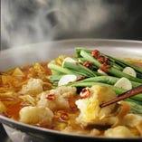 新鮮な素材を自慢の三種のスープで『博多もつ鍋』【鹿児島県】