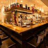 オープンキッチンで料理を間近に楽しむカウンター席
