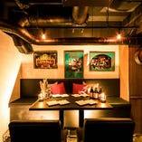 アンティークや内装にこだわり、温かみ溢れる照明で照らされた店内