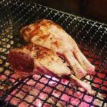 自家製の炭台を使ってお肉をジューシーに焼き上げます!