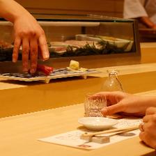 カウンターで鮨とお酒を堪能